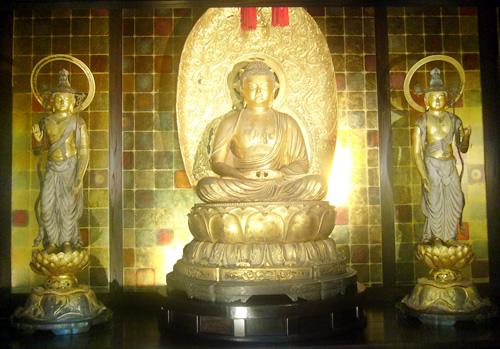 阿弥陀如来像と観音菩薩(左)と勢至菩薩像